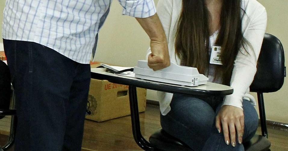28.out.2012 - Gustavo Fruet, candidato do PDT à Prefeitura de Curitiba, vota utilizando a biometria. Curitiba é uma das três cidades que receberam este tipo de urna para esta eleição. O candidato enfrenta Ratinho Jr. (PSC) neste 2º turno na capital paranaense