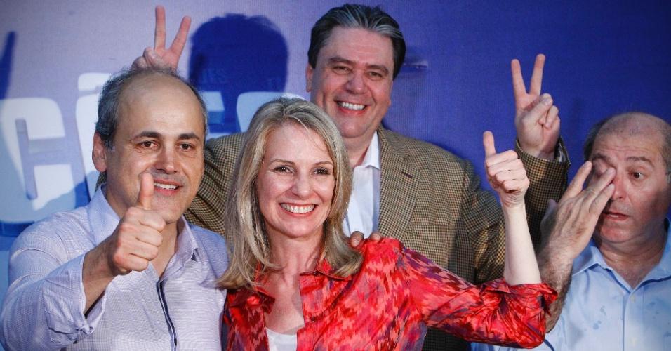 28.out.2012 - Gustavo Fruet (esquerda) comemora vitória na disputa pela Prefeitura de Curitiba, no Paraná, ao lado de sua vice, Miriam Gonçalves (centro), e do ministro Paulo Bernardo (à direita)