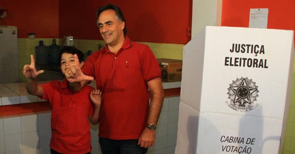 28.out.2012 - Luciano Cartaxo, candidato do PT à Prefeitura de João Pessoa (PB), posa com o filho para os fotógrafos neste domingo (28)