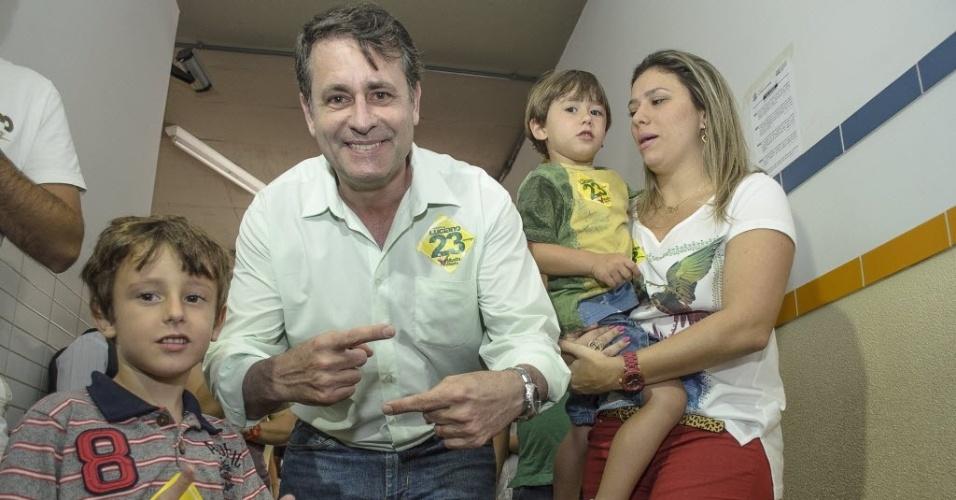 28.out.2012 - Luciano Rezende, candidato do PPS eleito à Prefeitura de Vitória (ES), vota no Colégio São Domingos, em Bento Ferreira, com a família neste domingo (28)