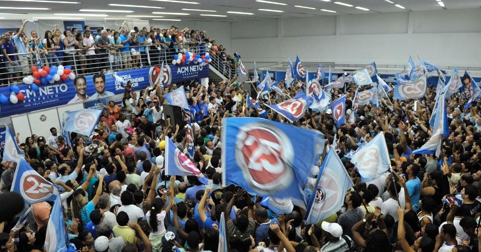 28.out.2012 - Militantes comemoram no comitê do DEM vitória de ACM Neto nas eleições. Ele superou Nelson Pelegrino (PT) e venceu o segundo turno da disputa para a Prefeitura de Salvador