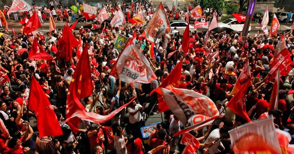 28.out.2012 - Militantes do PT e eleitores de Fernando Haddad (PT), eleito prefeito de São Paulo neste domingo, comemoram vitória na avenida Paulista, na zona central de São Paulo. Haddad recebeu 55% dos votos e José Serra (PSDB), derrotado, 44%