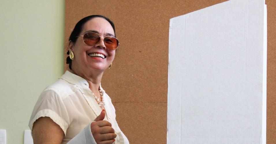 28.out.2012 - Mônica Serra, mulher de José Serra (PSDB), candidato à Prefeitura de São Paulo,  vota no colégio Santa Cruz, zona oeste da capital paulista, neste domingo (28).  Ao registrar seu voto, Serra disse que está 'otimista' e 'confiante'