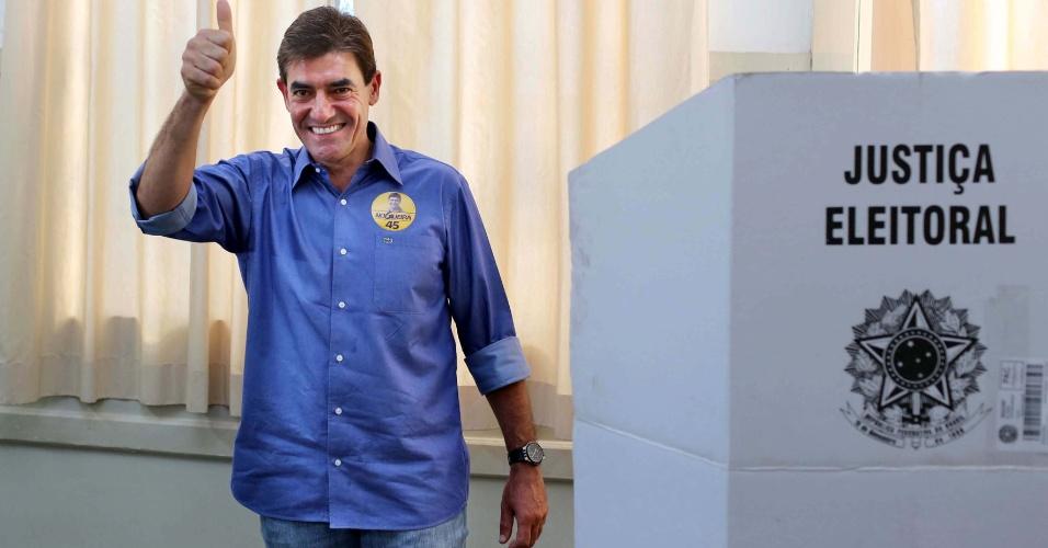 28.out.2012 - O candidato a prefeito de Ribeirão Preto (SP), Antonio Duarte Nogueira, conhecido como Nogueirinha vota no Colégio Marista, na cidade paulista