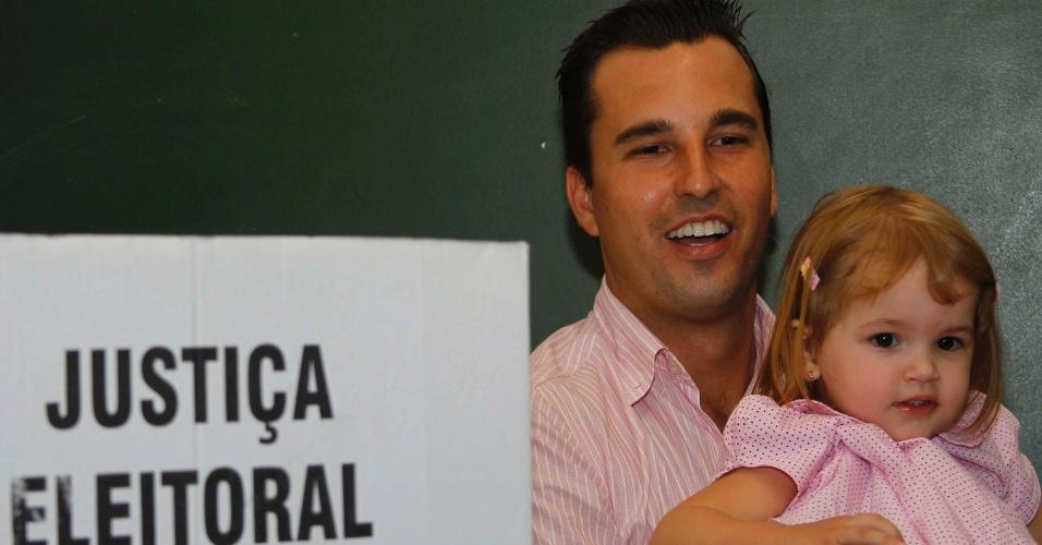 28.out.2012 - O candidato à Prefeitura de Diadema (SP) Lauro Michels vota acompanhado da filha no segundo turno da eleição municipal