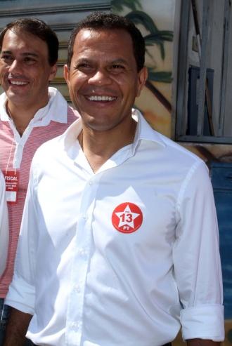 28.out.2012 - O candidato à Prefeitura de Mauá pelo PT, Donisete Braga, chega neste domingo (28) a seu local de votação
