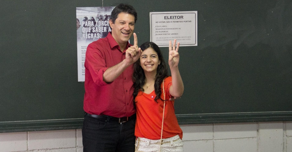 28.out.2012 - O candidato à Prefeitura de São Paulo Fernando Haddad (PT) vota no início da tarde deste domingo (28) na zona sul da capital paulista.