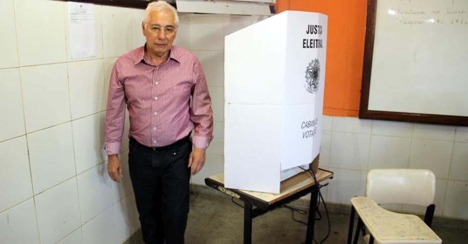 28.out.2012 - O candidato à prefeitura de Vitória da Conquista (BA), Guilherme Menezes (PT), vota no Colégio Estadual Abdias Menezes