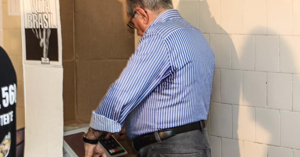 28.out.2012 - O candidato à reeleição à Prefeitura de São Luís (MA) pelo PSDB, João Castelo, vota na urna eletrônica em seção eleitoral do colégio Divina Pastora neste domingo (28)