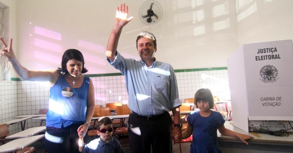 28.out.2012 - O candidato Carlos Eduardo (PDT) chega no Atheneu com a mulher, Andrea Ramalho, e filhos