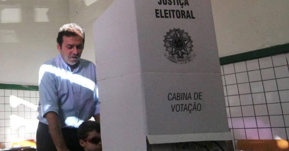 28.out.2012 - O candidato Carlos Eduardo (PDT) votou no Atheneu com a filha
