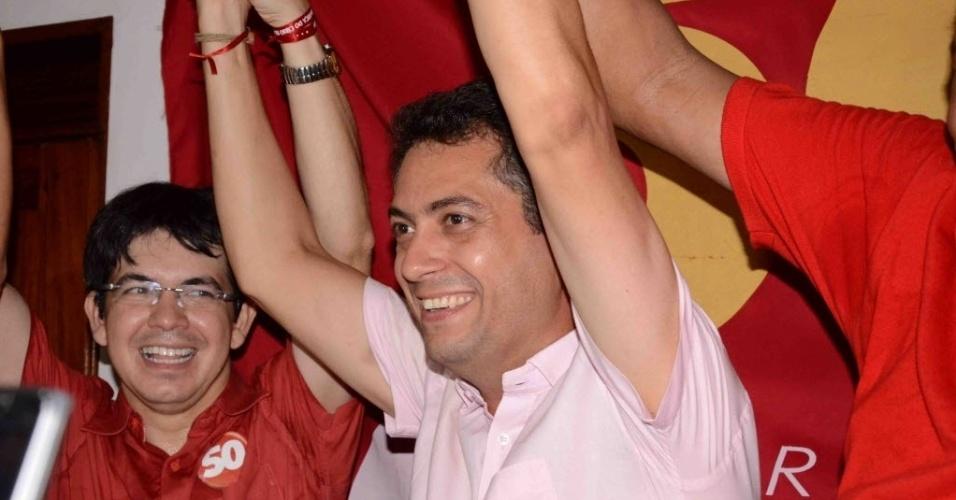 28.out.2012 - O candidato Clécio Luís (PSOL), centro, comemora vitória pela Prefeitura de Macapá (AP) neste domingo (28). A vitória tem importância histórica para o PSOL, que conquistou pela primeira vez a prefeitura de uma capital. Com 50,6% dos votos, Luís derrotou Roberto Góes(PDT), que obteve 49,4%