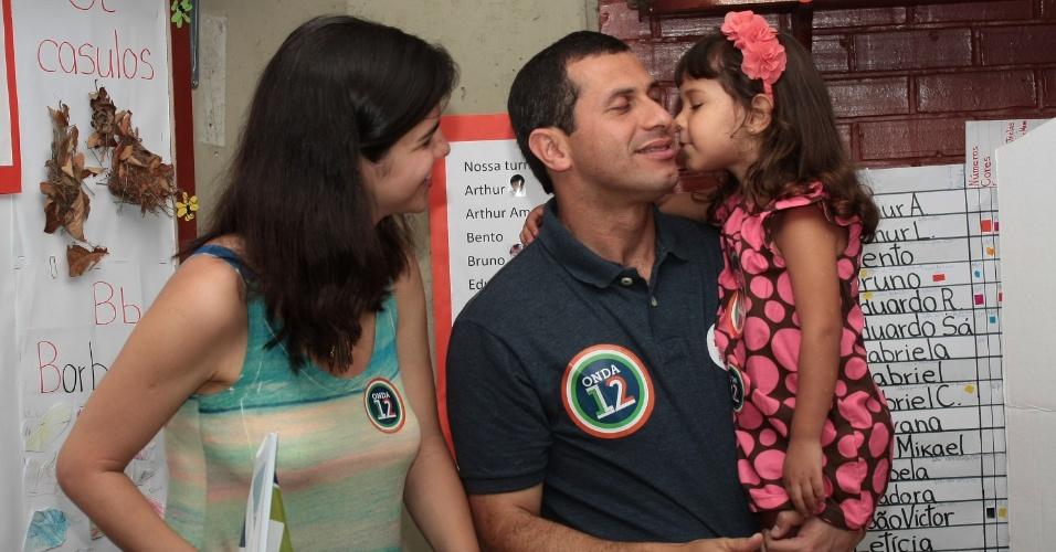28.out.2012 - O candidato do PDT à prefeitura de Niterói (TJ), Felipe Peixoto vota, na manhã deste domingo (28), no Centro Educacional de Niterói (Centrinho), no bairro do Pé Pequeno