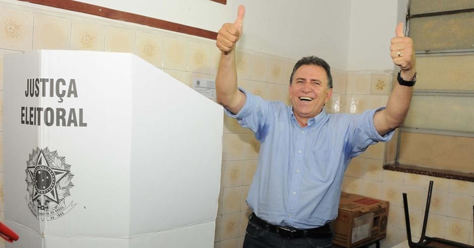 28.out.2012 - O candidato do PMDB à Prefeitura de Campo Grande (MS), Edson Giroto, faz sinal para os fotógrafos após votar em escola neste domingo (28)