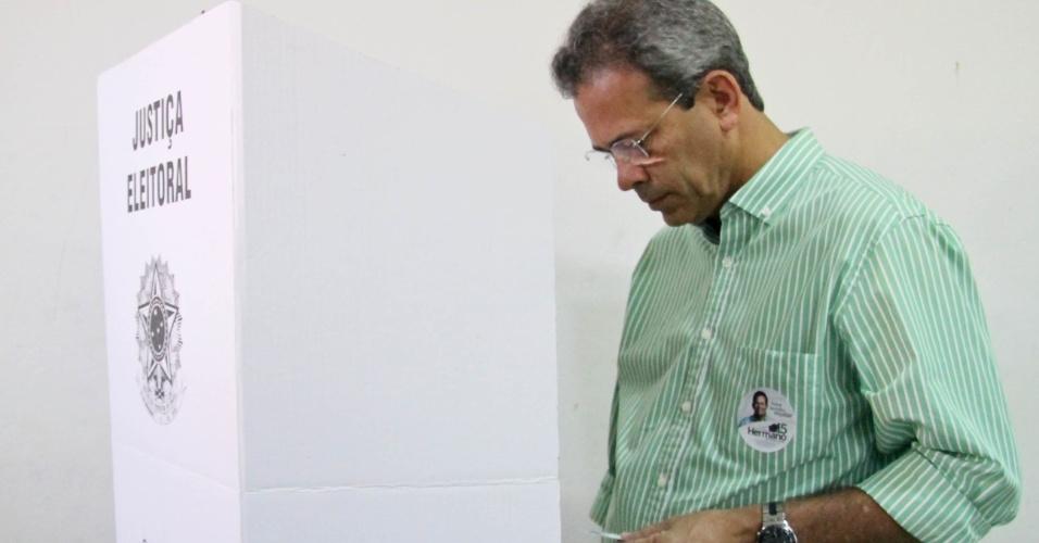 28.out.2012 - O candidato do PMDB à Prefeitura de Natal (RN), Hermano Morais, vota no colégio Anísio Teixeira, no bairro de Petrópolis, zona leste da cidade. Hermano afirmou que, caso seja eleito, seu plano de governo inclui ações de curto, médio e longo prazo
