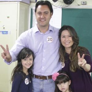 O candidato do PSC à Prefeitura de Curitiba, Ratinho Jr., votou acompanhado da mulher e das filhas