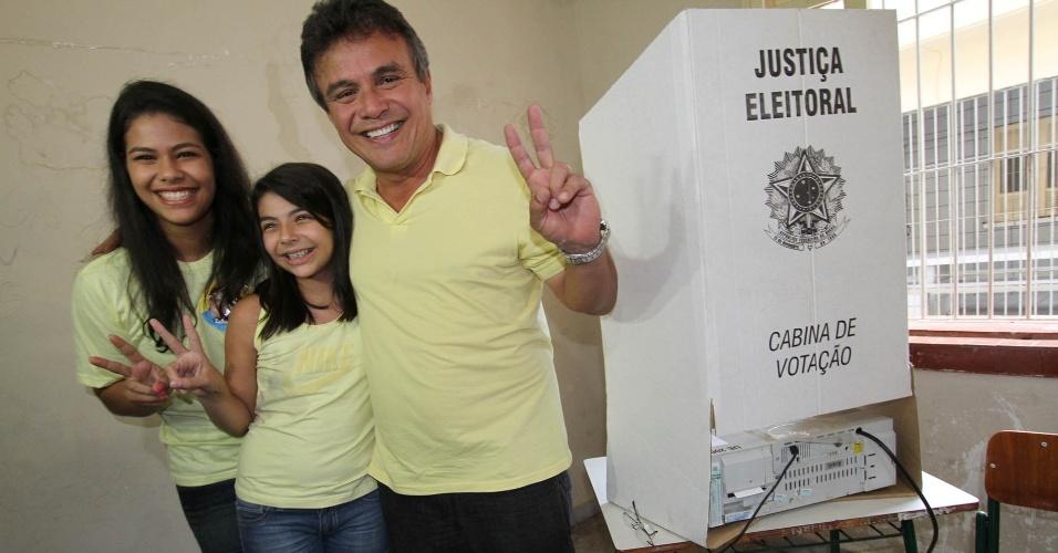 28.out.2012 - O candidato do PSDB à Prefeitura de Belém (PA), Zenaldo Coutinho, vota na manhã deste domingo (28) na Escola Estadual José Veríssimo acompanhado da família