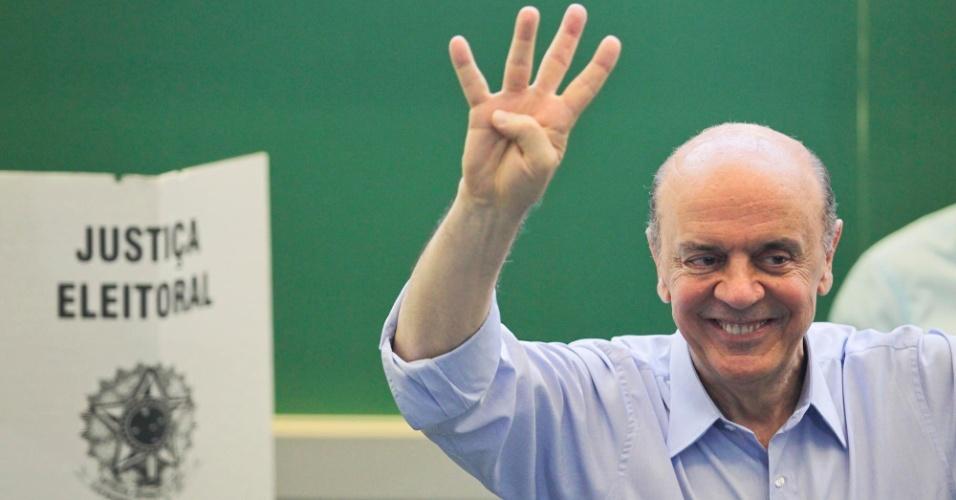 28.out.2012 - O candidato do PSDB à Prefeitura de São Paulo, José Serra vota na manhã deste domingo (28) em colégio da zona oeste da cidade; Serra citou frase de Chacrinha para mostrar otimismo