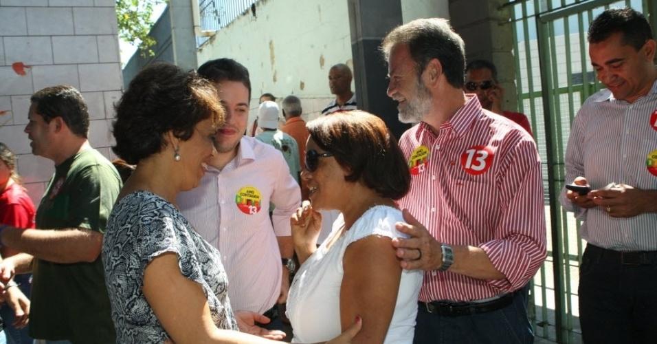 28.out.2012 - O candidato do PT à Prefeitura de Contagem (MG), Durval Angelo, vota na manhã deste domingo (28), no Colégio Tiradentes, no bairro Eldorado, acompanhado de vários políticos do partido