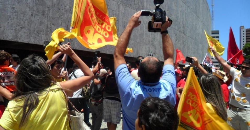 """28.out.2012 - O candidato do PT à Prefeitura de Fortaleza, Elmano de Freitas, encontrou um grupo com cerca de 20 militantes na sua chegada para votar na Assembleia Legislativa. Os manifestantes eram favoráveis a Roberto Claudio (PSB) e gritaram o nome do candidato socialista. Enquanto Elmano votava, as duas militâncias continuaram trocando acusações, com os socialistas gritando a palavra """"mensalão"""""""
