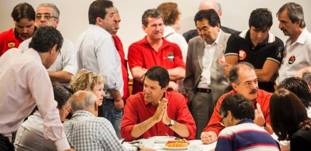 O candidato Fernando Haddad (PT) toma café da manhã, neste domingo (28), com lideranças do partido