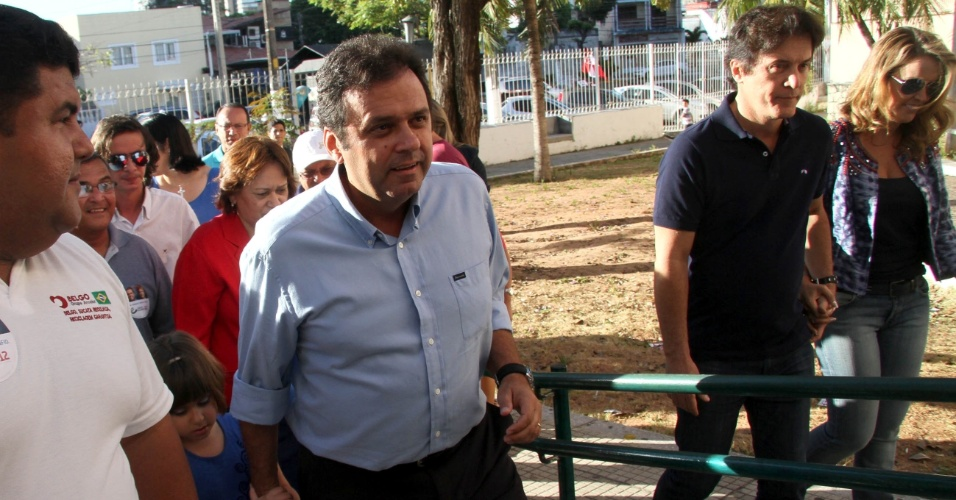 28.out.2012 - O candidato Carlos Eduardo (PDT) votou no Atheneu com a filha e acompanhado do vice-governador Robinson Faria (camisa azul)