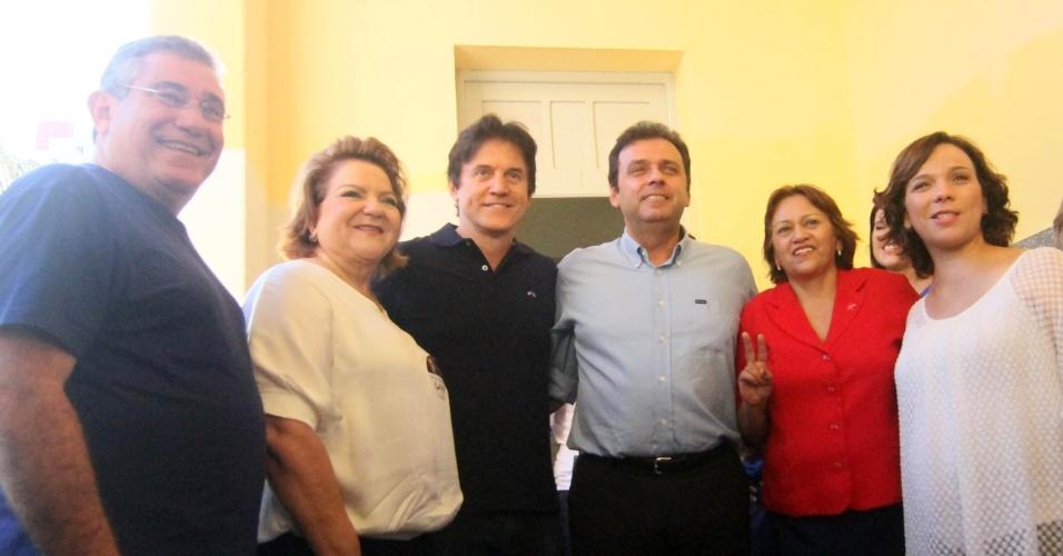 28.out.2012 - O candidato Carlos Eduardo (PDT), no centro da foto. Da esquerda para a direita: o ex-deputado estadual Wober Junior (PPS), a deputada federal Sandra Rosado (PSB), o vice-governador Robinson Farias (PSD), a deputada federal Fátima Bezerra (PT) e a deputada estadual Larissa Rosado (PSB)