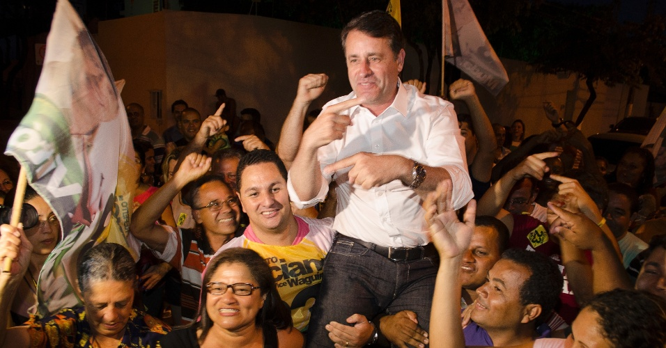 28.out.2012 - O candidato pelo PPS à Prefeitura de Vitória (ES), Luciano Rezende, comemora a vitória neste domingo (28). O petista obteve 52,73% dos votos válidos, contra 47,27% do ex-prefeito Luiz Paulo Vellozo Lucas (PSDB). A vitória do PPS encerra um ciclo de 24 anos de alternância entre PT e PSDB na administração de Vitória