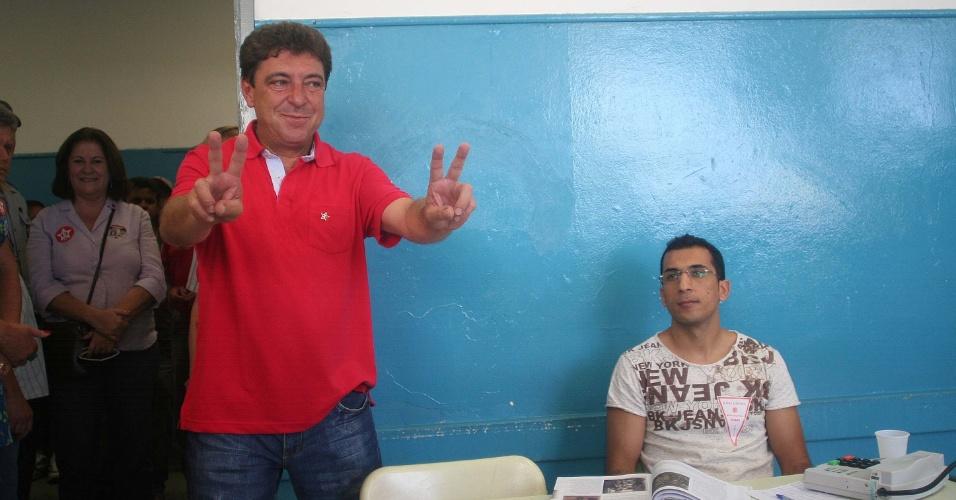 28.out.2012 - O candidato pelo PT à Prefeitura de Santo André (SP), Carlos Grana, vota na manhã deste domingo (28), segundo turno das eleições municipais