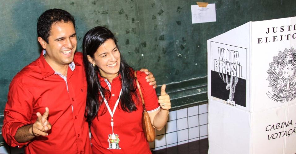 28.out.2012 - O candidato pelo PTC à Prefeitura de São Luís (MA), Edivaldo Holanda Júnior, vota na UEB Oliveira Roma, no Bairro do Recanto dos Vinhais, acompanhado da mulher, Camila Vasconcelos, neste domingo (28)