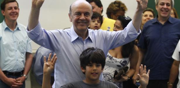 O candidato do PSDB à Prefeitura de São Paulo, José Serra, vota com o neto na manhã deste domingo (28)
