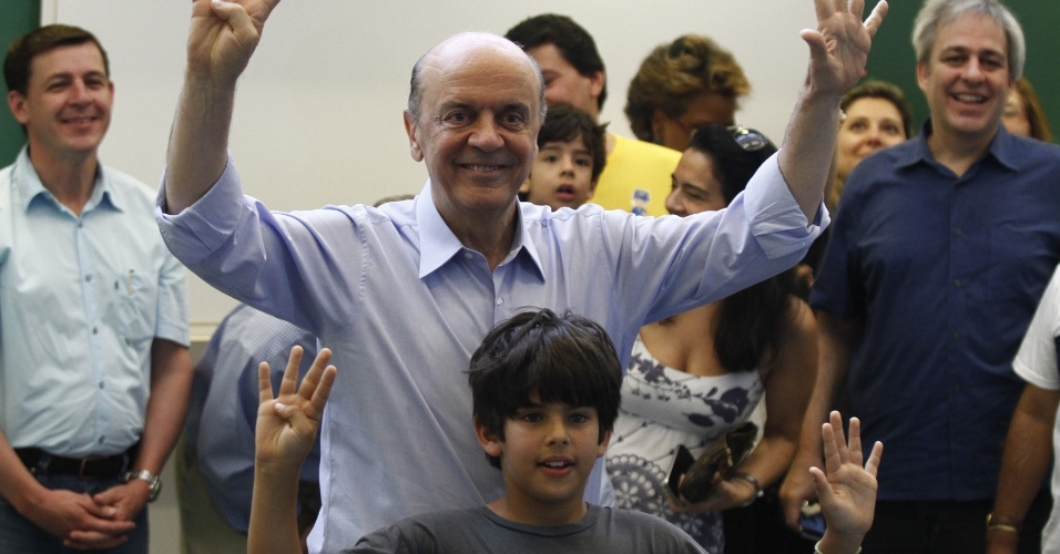 28.out.2012 - O candidato do PSDB à Prefeitura de São Paulo, José Serra, vota acompanhado do neto na manhã deste domingo (28)