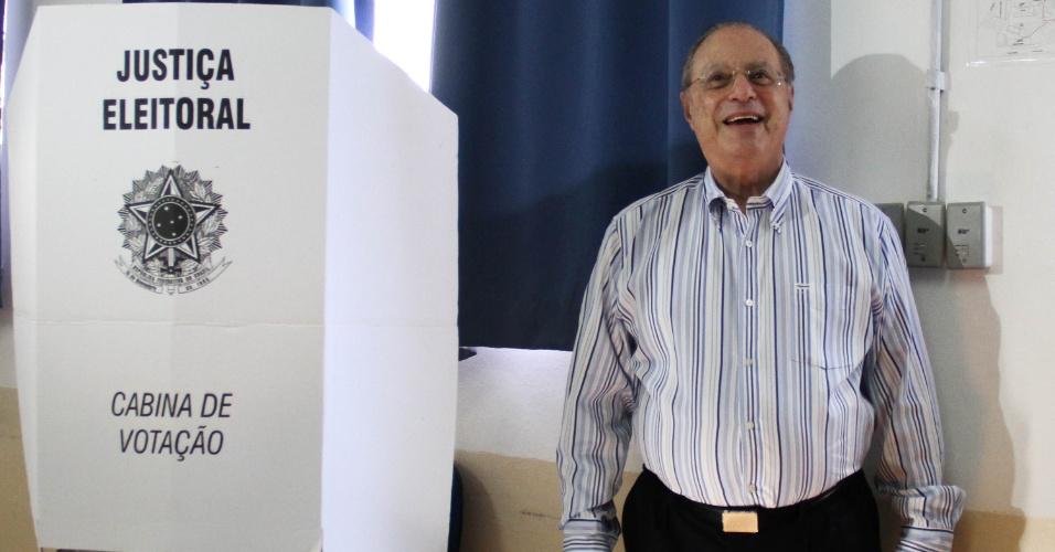 28.out.2012 - O deputado Paulo Maluf (PP) vota em colégio no bairro Itaim Bibi, em São Paulo; os eleitores da cidade vão eleger seu novo prefeito neste domingo (28) sob um cenário semelhante ao das eleições presidenciais de 2010, que não reproduz apenas a polarização entre PT e PSDB