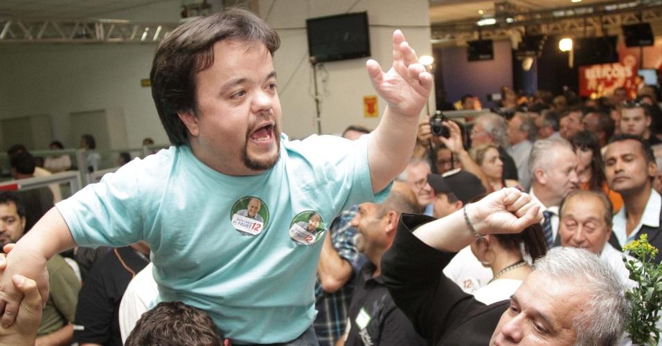 28.out.2012 - O eleitor Claudinho Castro (centro) comemora vitória de Gustavo Fruet na disputa para a Prefeitura de Curitiba, no Paraná