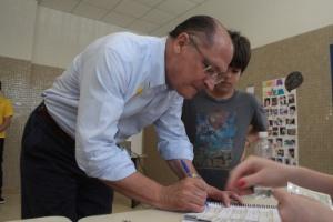 O governador de São Paulo, Geraldo Alckmin, acompanhando de Serra, vota no Colégio Santo Américo, em São Paulo (SP)