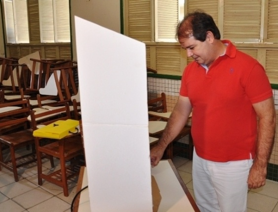 28.out.2012 - O governador do Acre, Sebastião Viana (PT), vota, no inicio da manhã, na escola estadual Mário de Oliveira, na região central de Rio Branco