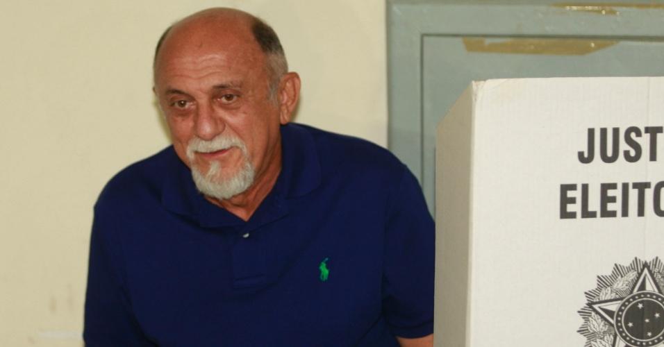 28.out.2012 - O governador do Pará, Simão Jatene (PSDB), vota no Núcleo de Esporte e Lazer, no bairro Marizal, em Belém, neste domingo (28)