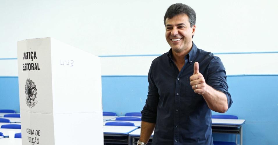 28.out.2012 - O governador do Paraná, Beto Richa (PSDB), registra seu voto, neste domingo. Rompido com o atual líder nas pesquisas e favorito para vencer o pleito, Gustavo Fruet (PDT), Richa prometeu abrir o diálogo com quem se eleger hoje