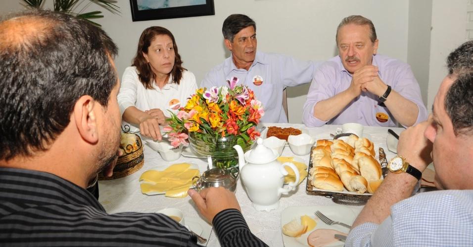 28.out.2012 - O governador do Rio Grande do Sul, Tarso Genro, participou de café da manhã com Fernando Marroni e apoiadores na manhã deste domingo (28). O grupo acompanhou o candidato à prefeitura de Pelotas (RS) durante o voto no colégio São José, ainda pela manhã