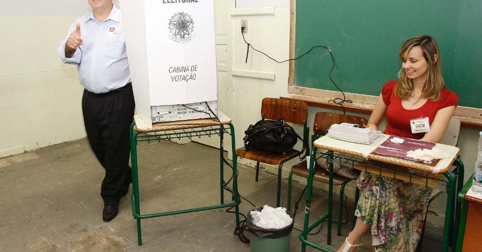 28.out.2012 - O ministro das Comunicações, Paulo Bernardo (PT), vota em Curitiba, no Paraná, neste domingo