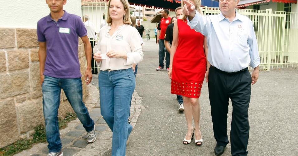28.out.2012 - O ministro das Comunicações, Paulo Bernardo (à direita), vota em Curitiba, no Paraná, neste domingo