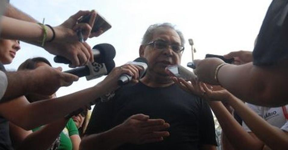 28.out.2012 - O prefeito de Manaus, Amazonino Mendes (PDT), votou na manhã deste domingo (28), na sede da Secretaria do Estado da Fazenda, em Manaus. Após o voto, Amazonino declarou seu apoio ao candidato Arthur Virgílio (PSDB)
