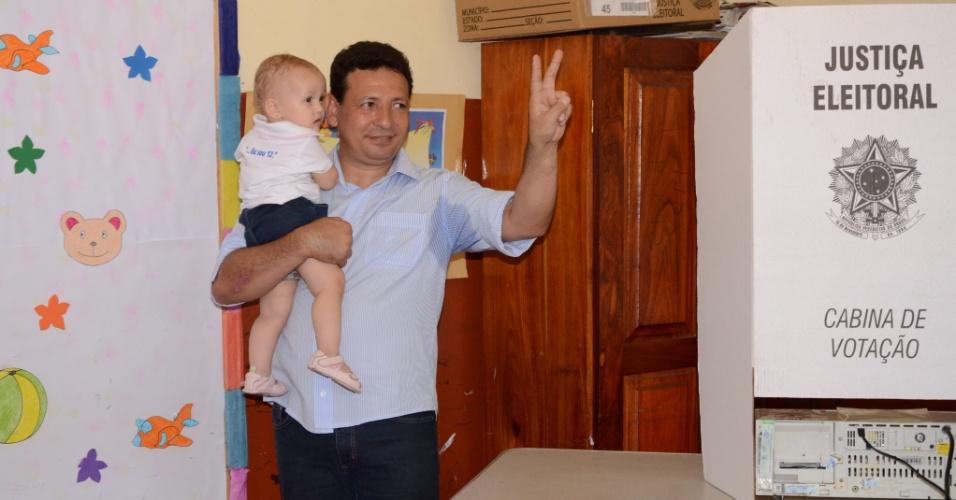 28.out.2012 - O prefeito e candidato à reeleição para a Prefeitura de Macapá (AP) pelo PDT, Roberto Góes, vota neste domingo (28)