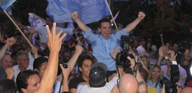 O prefeito eleito de Florianópolis, Cesar Souza Júnior (PSD), comemora vitória neste domingo (28)