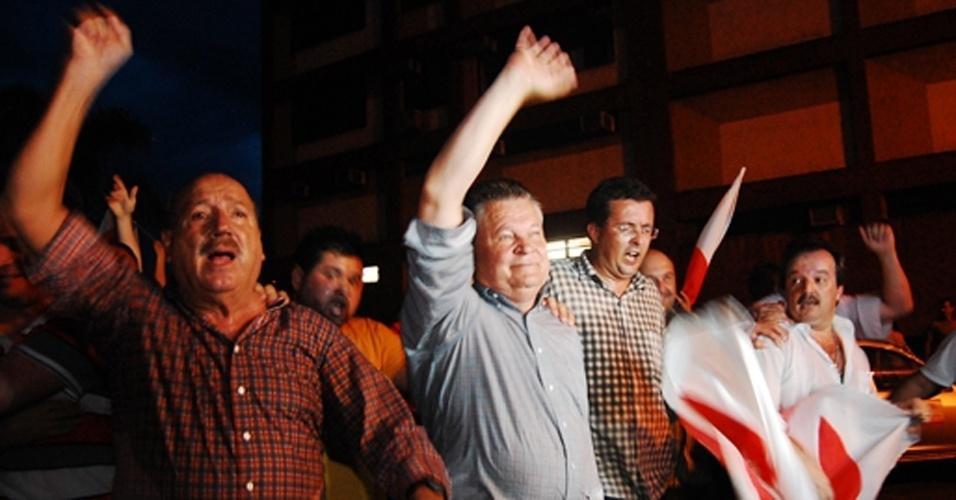 28.out.2012 - O prefeito eleito de Joinville (SC), Udo Döhler (PMDB), no centro da imagem,festeja vitória neste domingo (28). O candidato foi eleito após bater Kennedy Nunes (PSD), considerado favorito na disputa do 2º turno na maior cidade catarinense