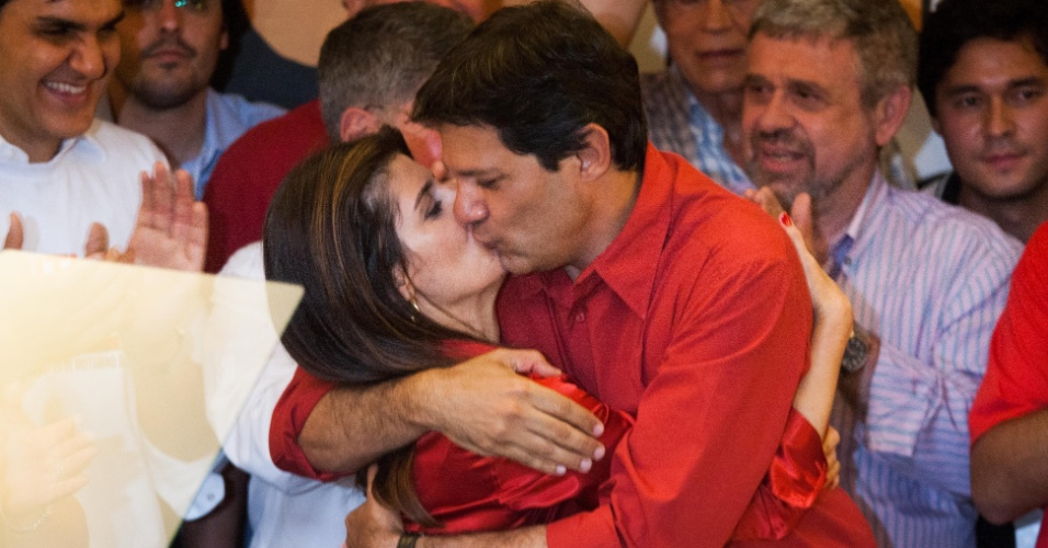 28.out.2012 - O prefeito eleito na cidade de São Paulo, Fernando Haddad (PT), beija sua mulher e futura primeira-dama Ana Estela Haddad durante pronunciamento da vitória nas eleições municipais na noite deste domingo, em hotel da capital paulista. Com a eleição de Haddad e a derrota de José Serra (PSDB), o PT volta a governar São Paulo depois de oito anos. A conquista da prefeitura paulistana representa uma vitória pessoal do ex-presidente Luiz Inácio Lula da Silva, que bancou a candidatura de Haddad