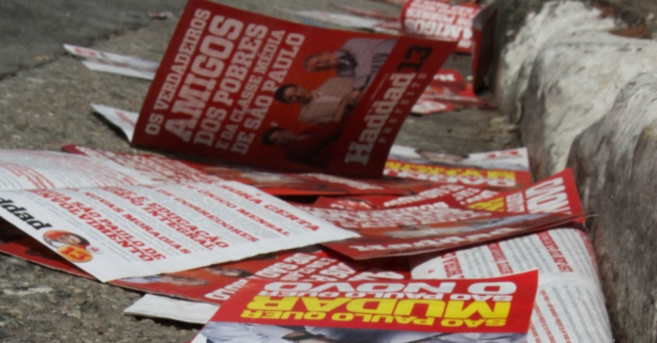 28.out.2012 -  Panfletos eleitorais do candidato Fernando Haddad (PT) se acumulam  em rua da  zona norte de São Paulo, neste domingo (28), durante as votações do segundo turno
