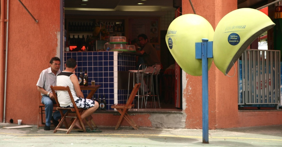 28.out.2012 - Pessoas tomam cerveja em bar de São Paulo durante horário de votação do segundo turno da eleição municipal, neste domingo (28)