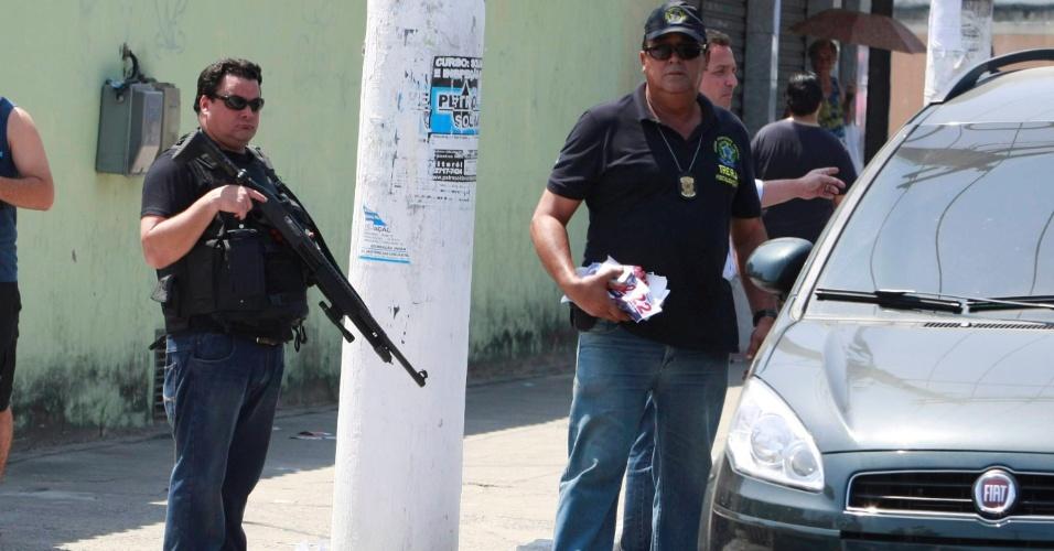 28.out.2012 - Policiais civis prenderam neste domingo (28) um homem que transportava eleitores em São Gonçalo, na região metropolitana do Rio, em uma Kombi adesivada com material do candidato do PR à prefeitura, Neilton Mulim. O detido responderá pelo crime previsto no artigo 302 do Código Eleitoral