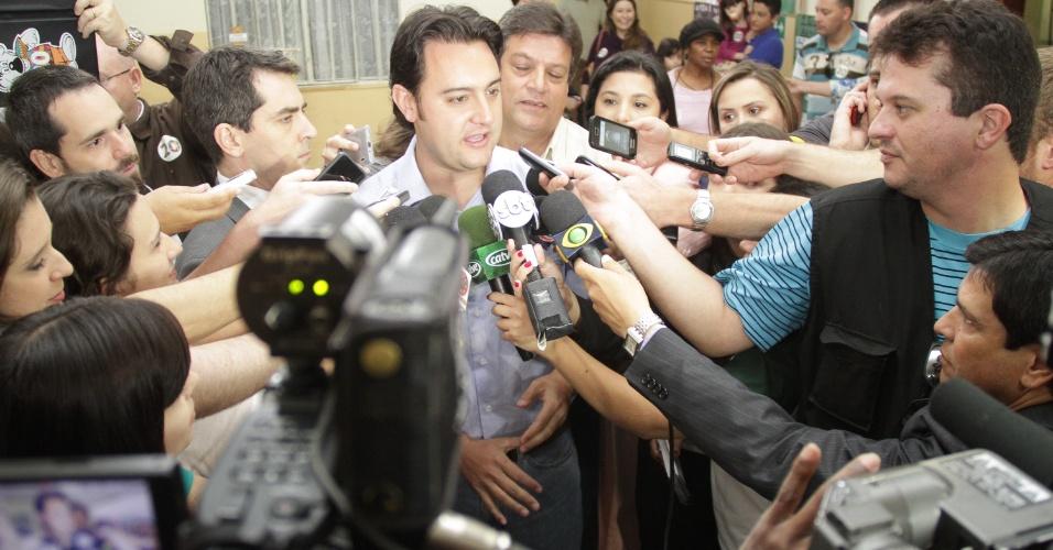 28.out.2012 - Ratinho Jr., candidato do PSC à Prefeitura de Curitiba, concede entrevista aos jornalistas que o acompanharam no momento em que ele votava na Escola Municipal Vinhedos